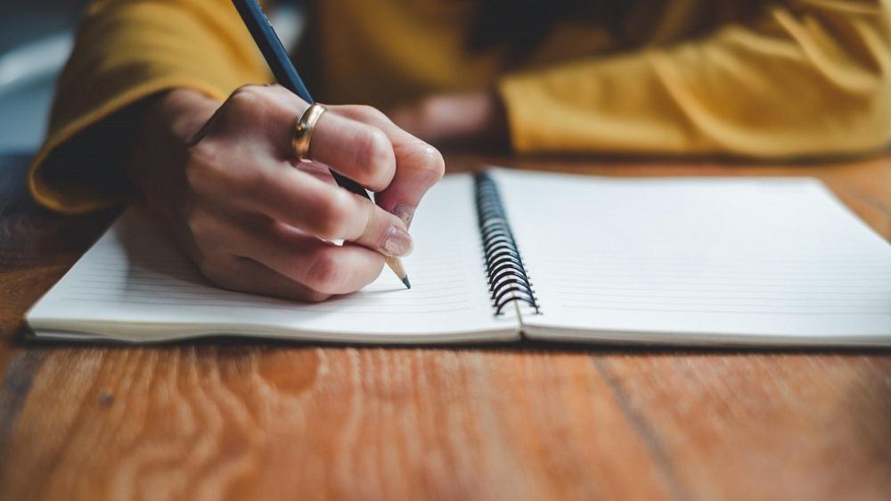 Với những người mới bắt đầu, hãy tập viết các câu ngắn, hoặc các đoạn văn ngắn